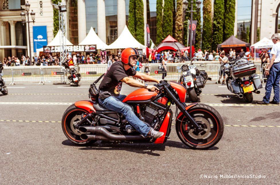 Harley dirigiendose a la salida